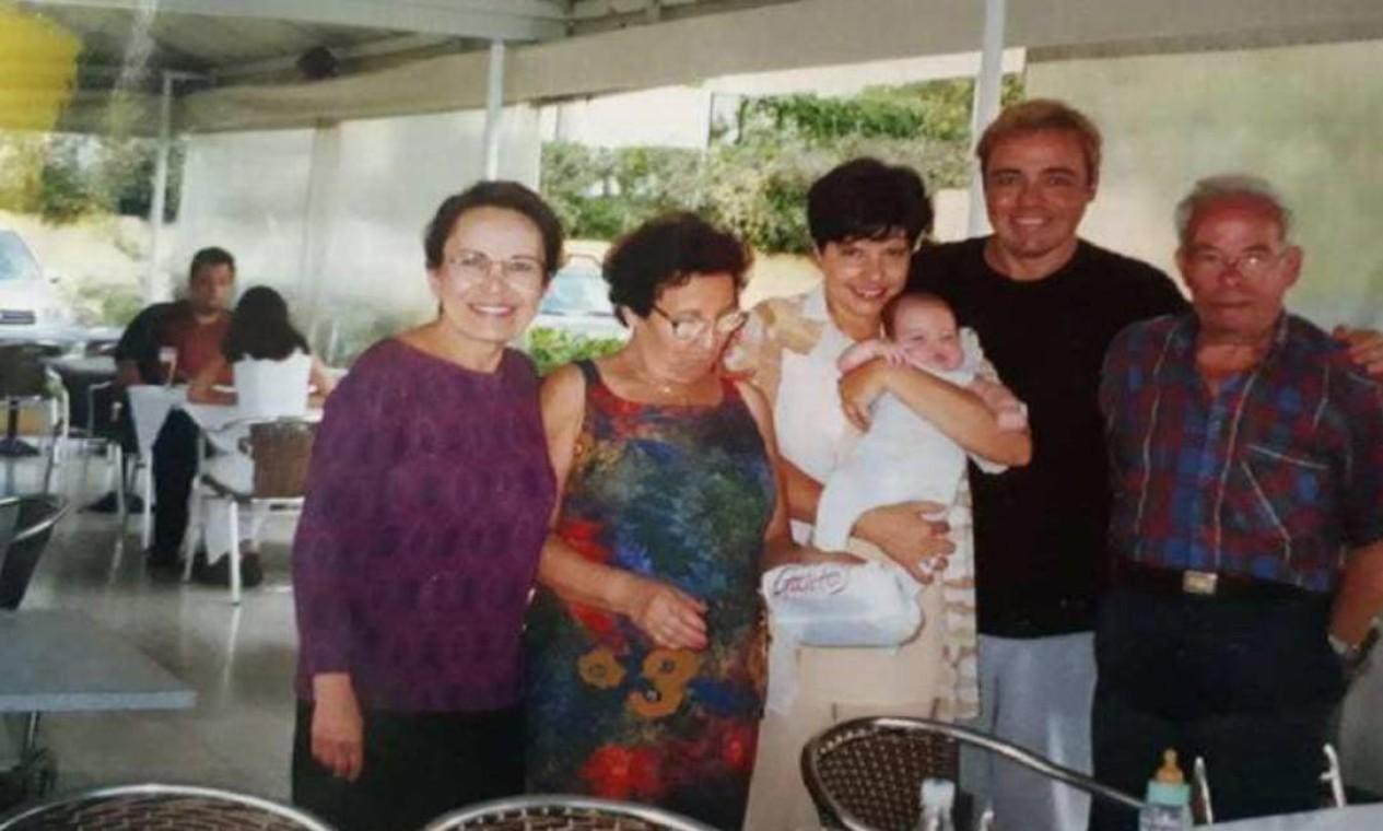 Gugu posa ao lado de Rose Miriam, com filho recém-casado do casal no colo, e familiares Foto: Arquivo Pessoal / Rose Miriam