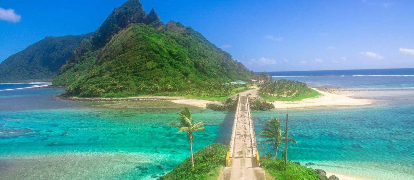 Ponte Asage, conhecida como 'Golden Gate do Pacífico', conecta Ofu a Olosega, duas das ilhas que compõem o arquipélago de Samoa Americana Foto: Reprodução internet