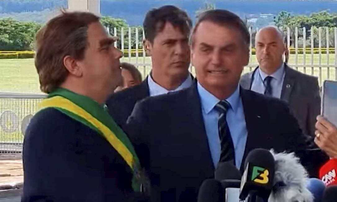 Jair Bolsonaro leva um humorista para falar com jornalistas no dia da divulgação de um resultado decepcionante do PIB Foto: Picasa / Agência O Globo