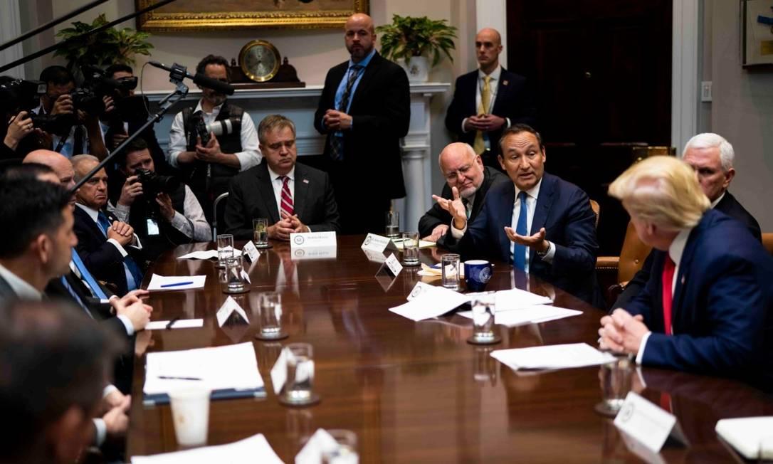 Oscar Munoz, diretor-executivo da United Airlines, em reunião com o presidente Donald Trump e o vice-presidente, Mike Pence, na Casa Branca, em Washington. Companhia aérea reduzirá rotas domésticas e globais Foto: NYT