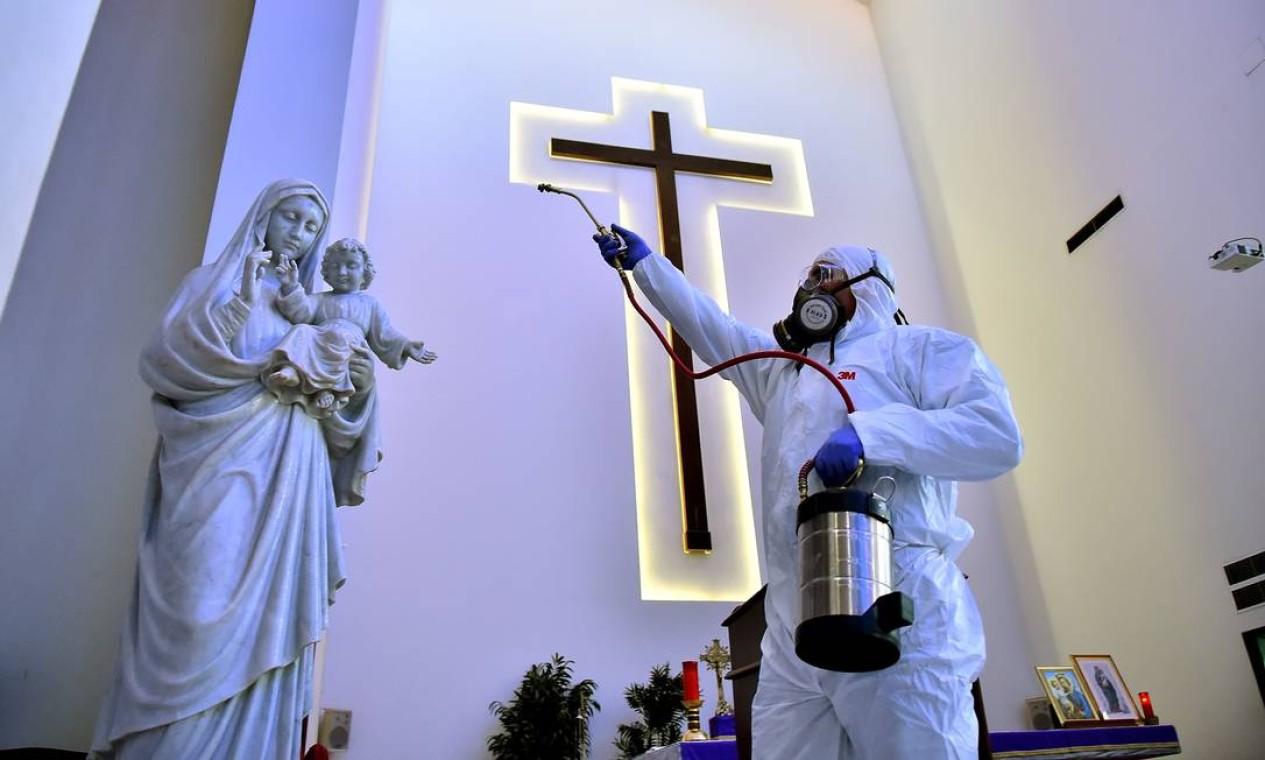 Igreja em Beirute são desinfetadas nesta quinta-feira. O ministro da Saúde do Líbano disse que os hospitais estão prontos para lidar com qualquer nova disseminação do novo coronavírus COVID-19 no país, onde 13 casos foram registrados sem mortes Foto: - / AFP