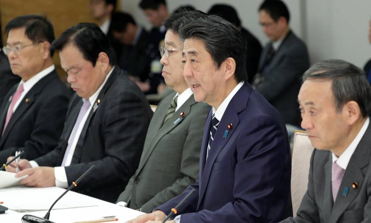 O primeiro-ministro do Japão, Shinzo Abe fala durante uma reunião da Sede de Medidas contra a Doença de Coronavírus COVID-19. O Japão colocará em quarentena pessoas vindas da China e Coréia do Sul por duas semanas após a chegada para impedir a propagação do coronavírus COVID-19 Foto: STR / AFP
