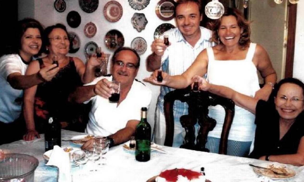 Rose, Gugu e a família Liberato em confraternização Foto: Arquivo Pessoal / Rose Miriam
