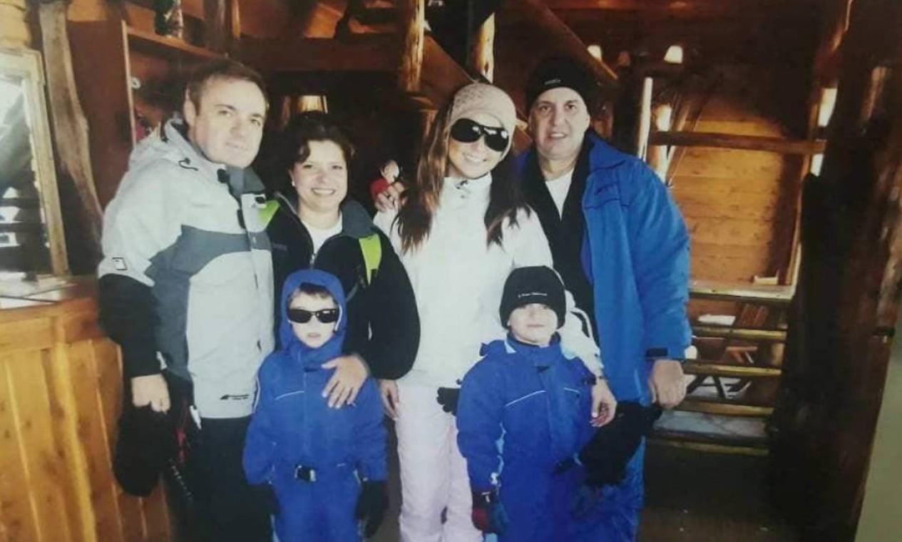 Rose, Gugu e amigos em viagem a Bariloche, na Argentina Foto: Arquivo Pessoal / Rose Miriam