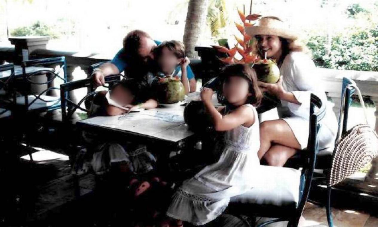 Gugu, Rose e os filhos em viagem à praia Foto: Arquivo Pessoal / Rose Miriam