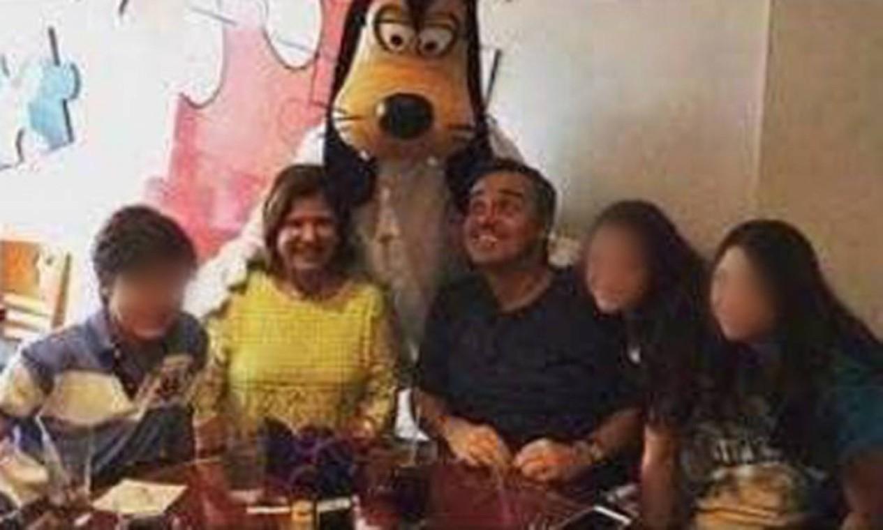 Gugu e família em viagem à Disney Foto: Arquivo Pessoal / Rose Miriam
