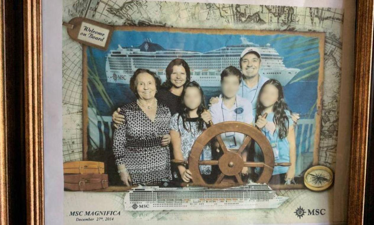 Gugu e família em viagem de navio Foto: Arquivo Pessoal / Rose Miriam