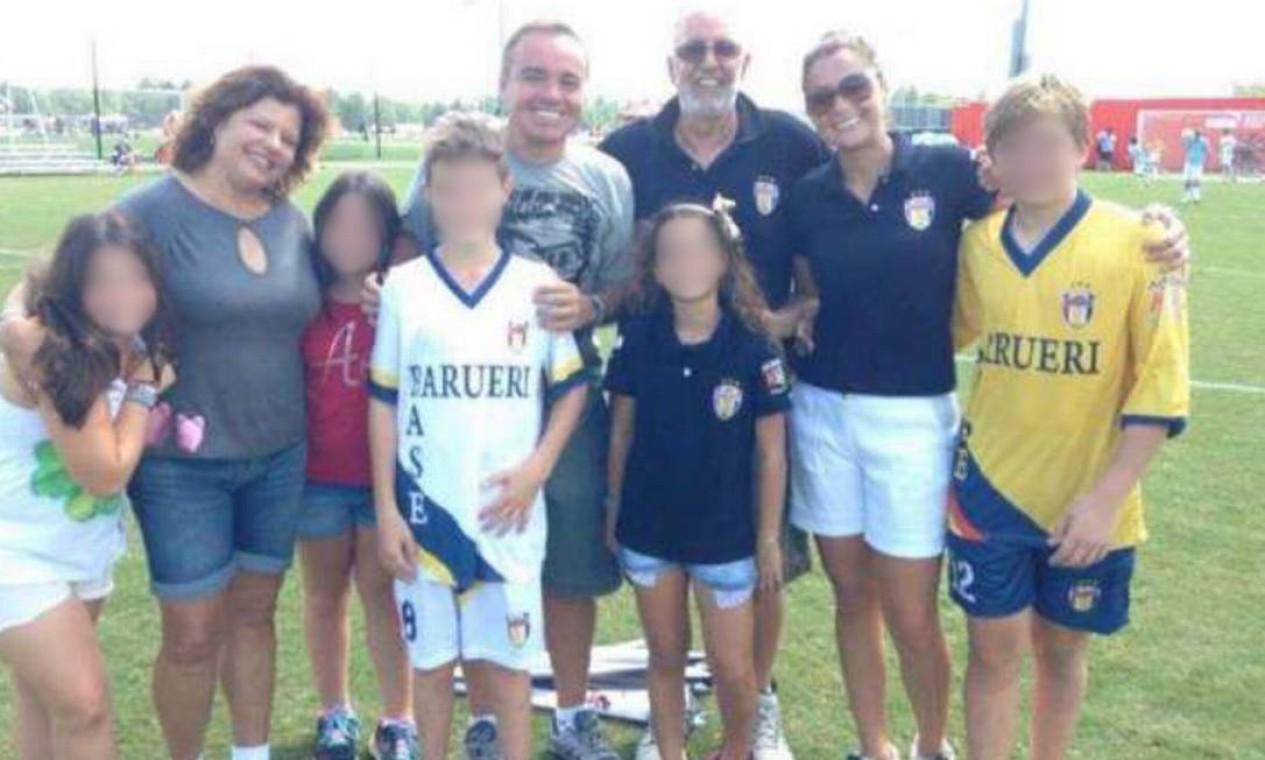 Gugu e família durante jogo de futebol do filho João Augusto Foto: Arquivo Pessoal / Rose Miriam