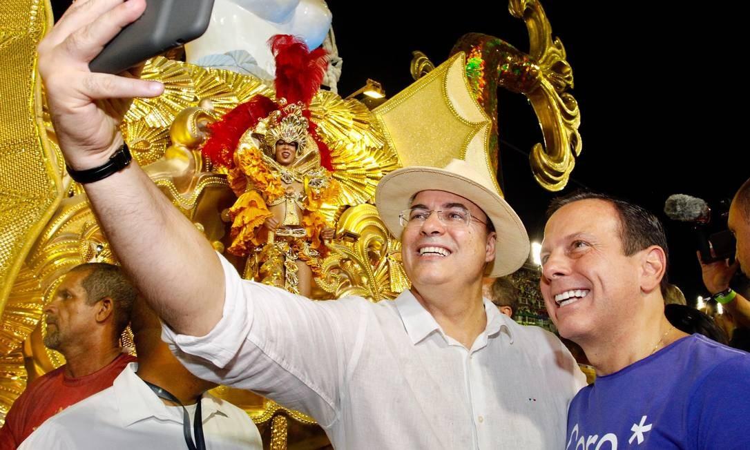 Os governadores Wilson Witzel e João Doria durante desfile das escolas de samba do Rio Foto: Rogerio Santana / Agência O Globo