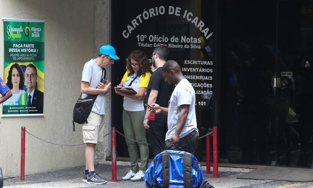 Mulher recolhe assinaturas para criação do Aliança pelo Brasil, em Niterói Foto: Pedro Teixeira / Agência O Globo