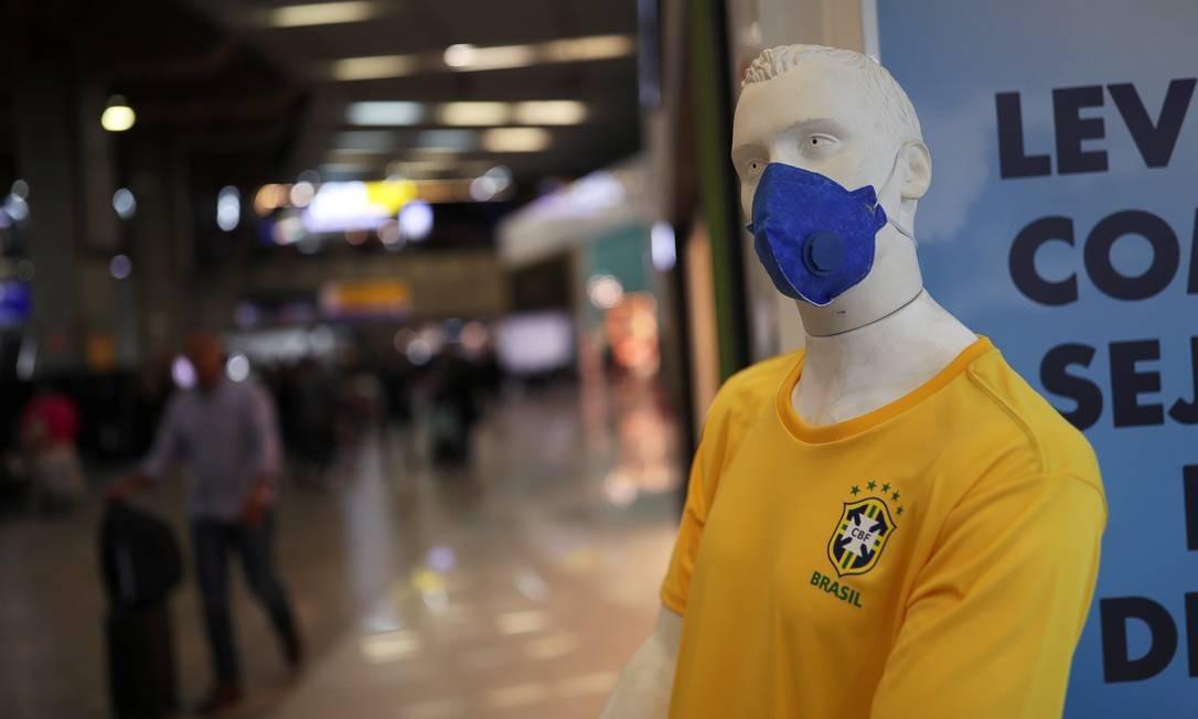Manequim veste a camisa da seleção e a máscara contra o coronavírus no Aeroporto de Guarulhos, em SP. Foto: AMANDA PEROBELLI / REUTERS