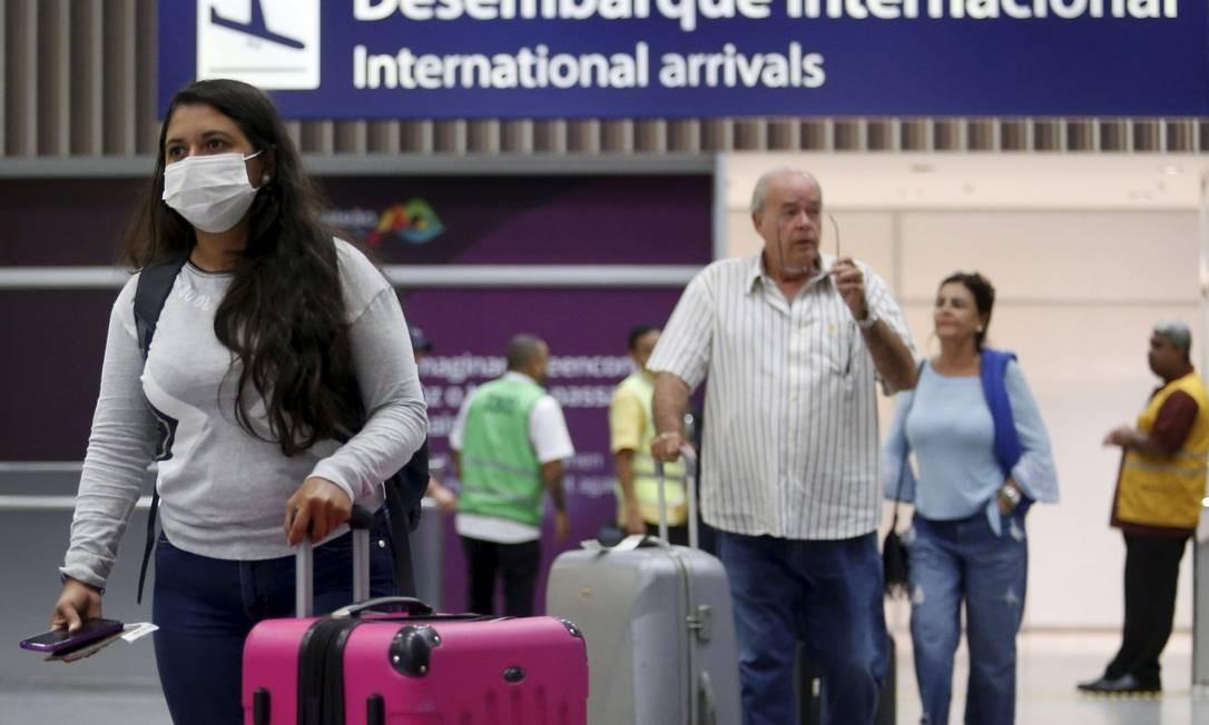 Turistas e brasileiros que vêm de países com casos de coronavírus desembarcando no Aeroporto Internacional do Galeão. Foto: FABIANO ROCHA / Agência O Globo