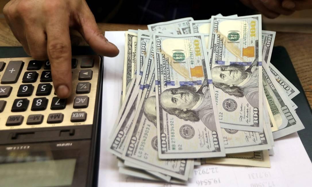 Notas de dólar numa casa de câmbio no Cairo, no Egito Foto: Mohamed Abd El Ghany / Reuters