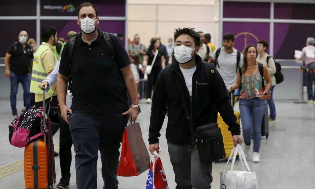 Turistas e brasileiros chegando de países com casos de coronavírus no Aeroporto Internacional do Galeão Foto: FABIANO ROCHA / Agência O Globo