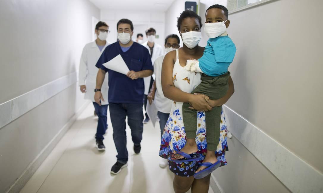 Pacientes e profissionais de saúde usam máscaras de proteção no interior da Santa Casa de Barra Mansa (RJ), no Sul Fluminense Foto: Márcia Foletto / Agência O Globo