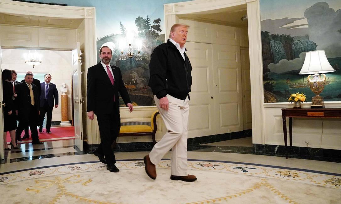 Presidente dos EUA, Donald Trump, antes de sancionar financiamento de emergência de US$ 8 bilhões para enfrentar o coronavírus no país Foto: MANDEL NGAN / AFP