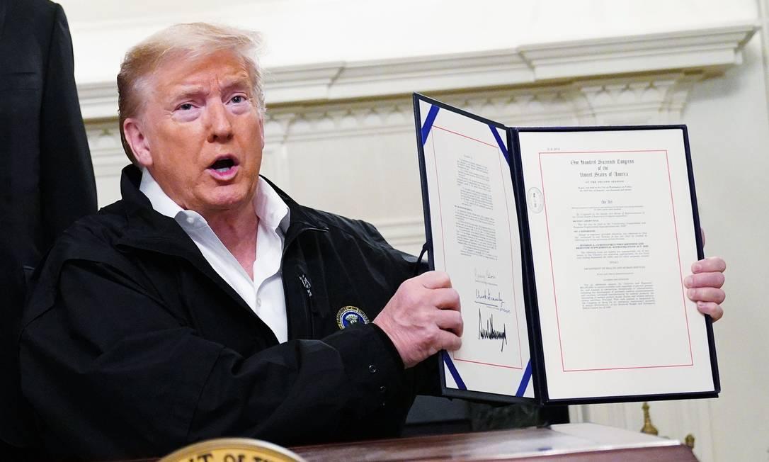 Trump sansiona pacote de US$ 8 bilhões para combater o coronavírus Foto: Mandel Ngan / AFP