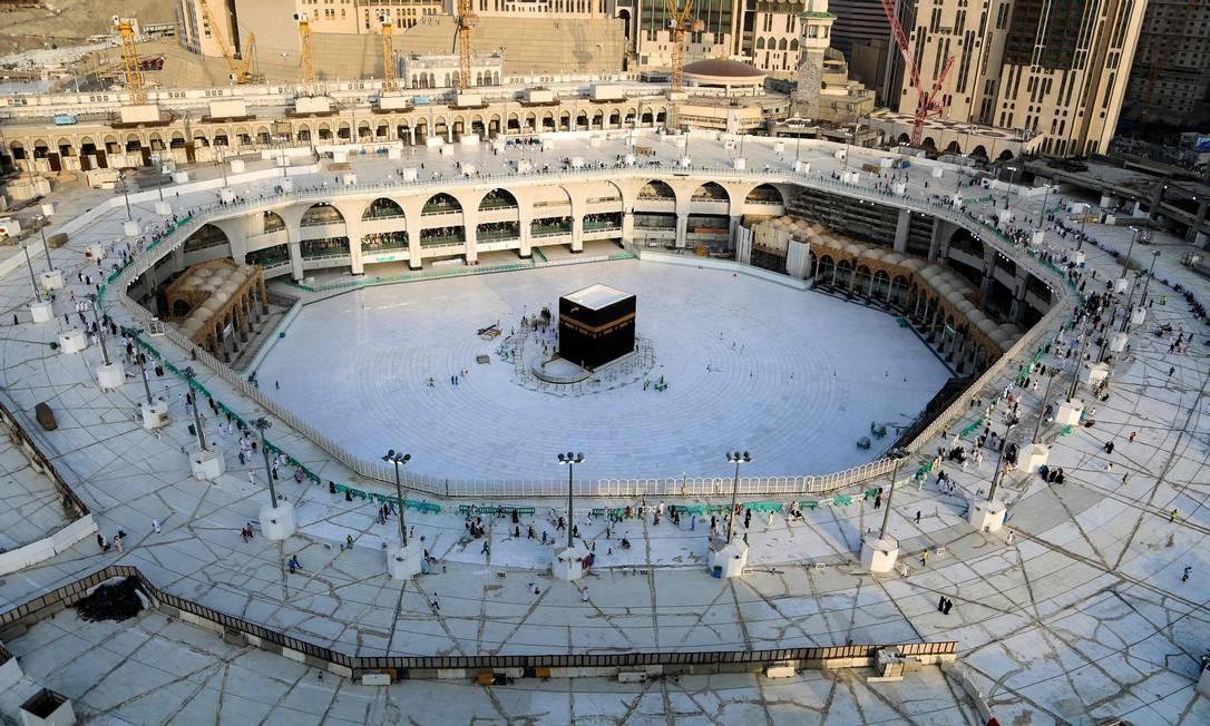 Sem precedentes. Área de azulejos brancos ao redor da Kaaba, dentro da Grande Mesquita de Meca, vazia de fiéis. A Arábia Saudita esvaziou o local mais sagrado do Islã para a esterilização por temores do novo coronavírus Foto: Abdel Ghanu Bashir / AFP