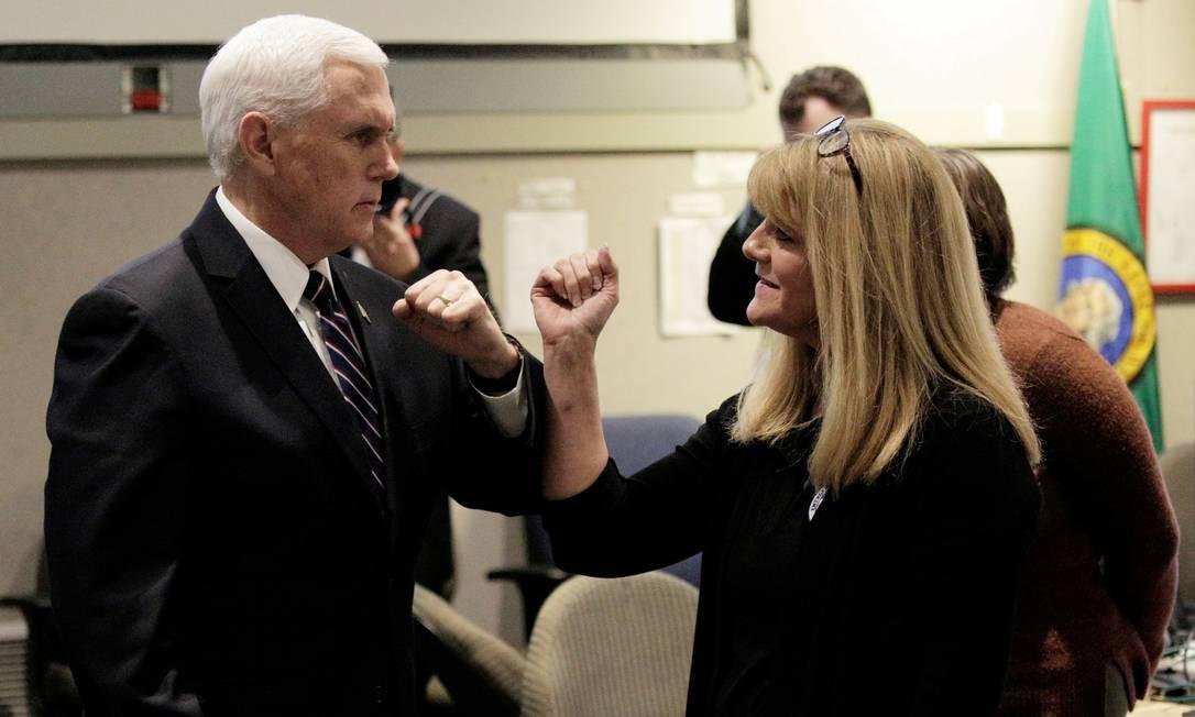 Vice-presidente dos EUA, Mike Pence, chefe da força-tarefa do governo contra o coronavírus, cumprimenta uma mulher no Centro de Operações de Emergência do Estado de Washington sem usar as mãos Foto: David Ryder / Reuters