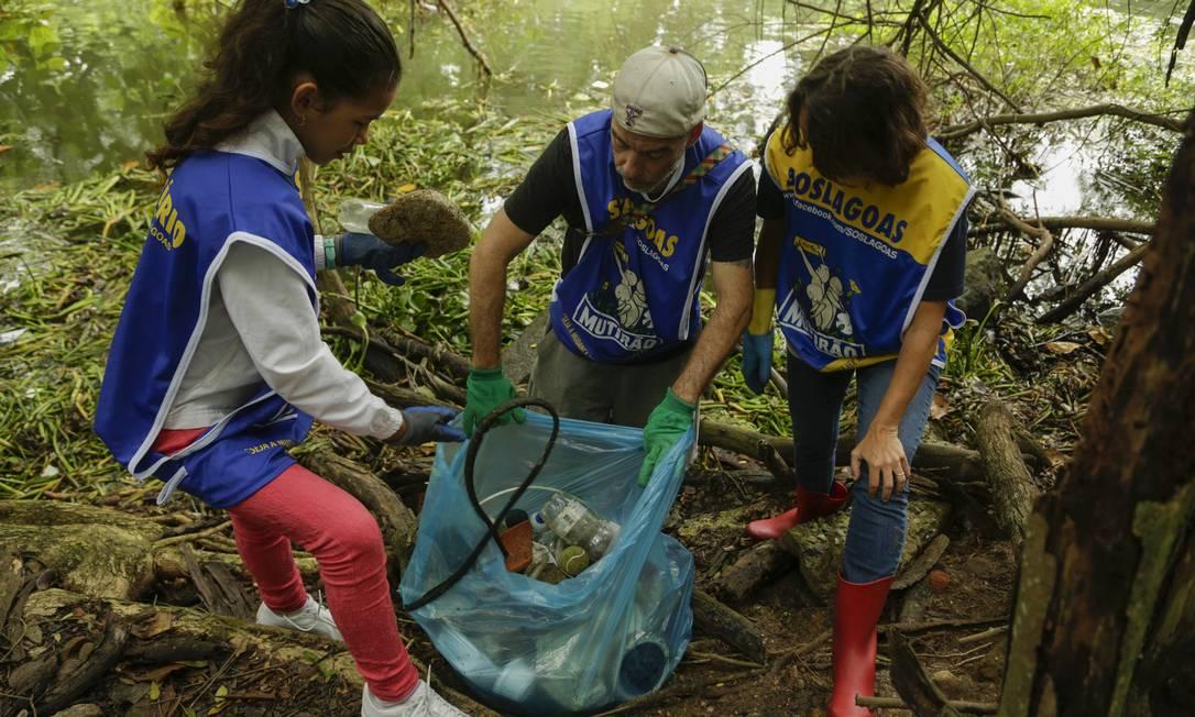 Voluntários do SOS Lagoas retiram lixo no canal do Marapendi Foto: Gabriel Monteiro / Agência O Globo