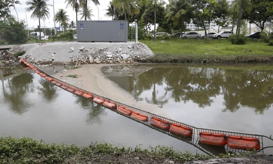 Ecobarreira inaugurada terça passada na foz do Arroio Pavuna Foto: Fabio Rossi / Agência O Globo