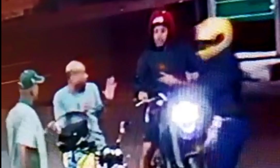 O agente estava em um posto de gasolina quando dois homens armados em uma outra moto tentaram roubar o policial Foto: Reprodução