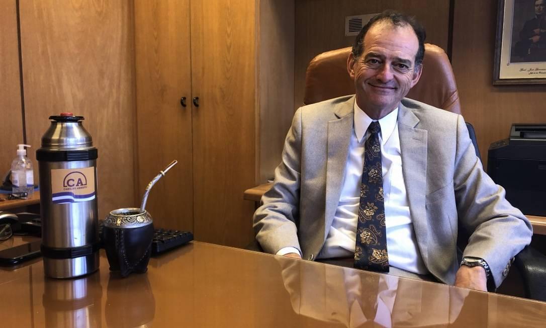 Manini Ríos com o chimarrão em sua sala no Parlamento: senador é considerado o fiel da balança do governo uruguaio ao garantir maioria a Lacalle Pou nas duas Câmaras Foto: Janaína Figueiredo
