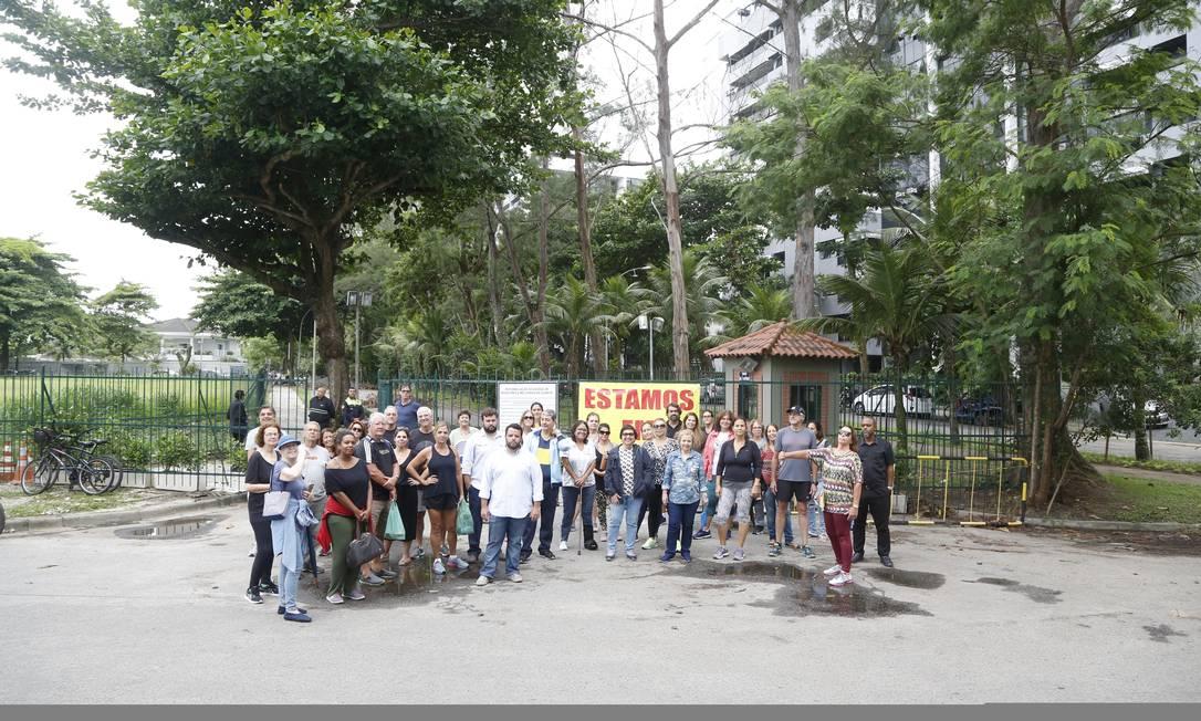 Grupo de moradores protesta contra o fechamento da Rua General Renato Paquet. A barricada foi montada pela administração do condomínio Novo Leblon Foto: Fabio Rossi / Agência O Globo