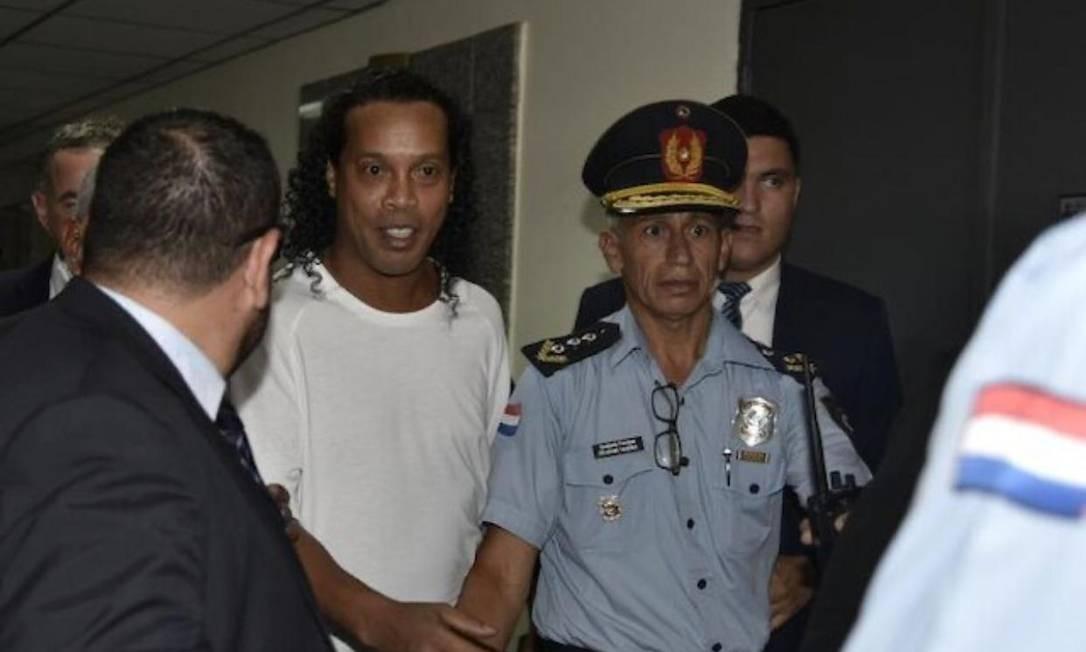 Ronaldinho Gaúcho, na tarde desta sexta-feira, quando foi depor à Polícia Nacional Foto: Arcenio Acuña/ ABC Color