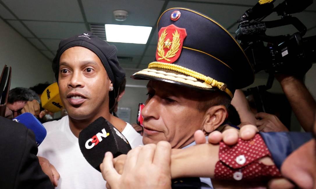 Ronaldinho deixa a Suprema Corte após depor por seis horas. Ele foi detido na noite desta sexta no Paraguai Foto: JORGE ADORNO / REUTERS