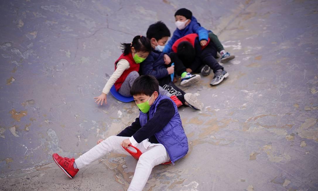 Crianças brincam em parque de Xangai, na China, país em que mais de 80 mil casos de Covid-19 já foram registrados Foto: ALY SONG / REUTERS