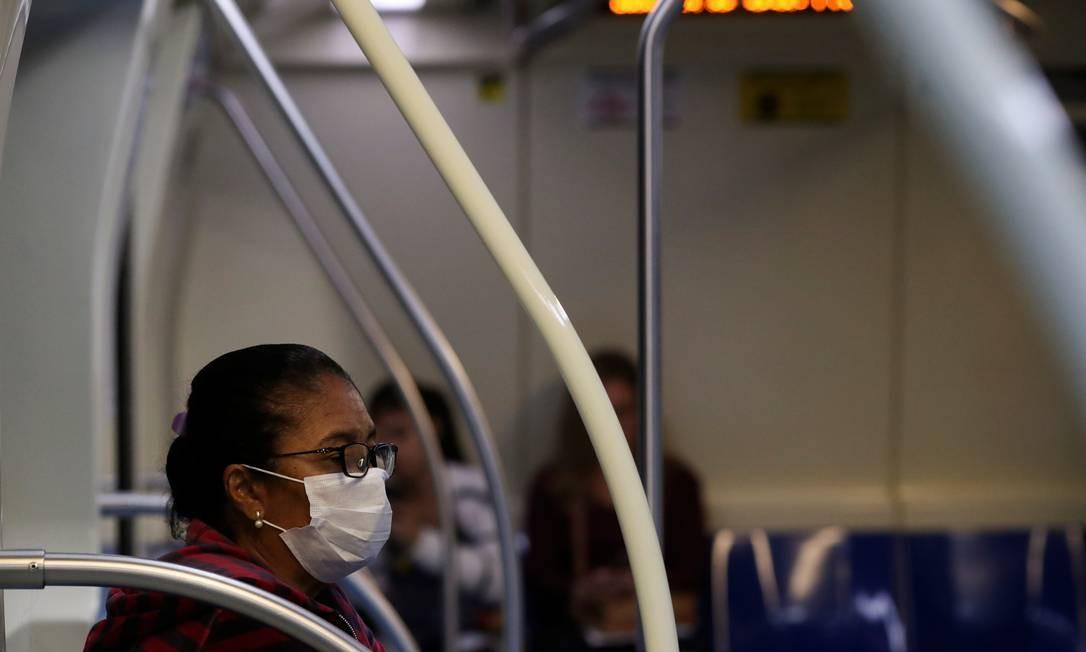 Passageira usa máscara no metrô de São Paulo Foto: AMANDA PEROBELLI / Reuters