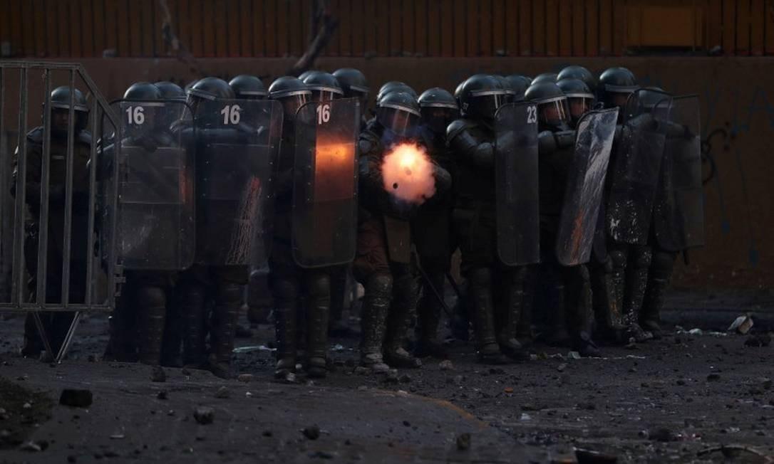 Policiais atiram gás lacrimogêneo contra manifestantes em Santiago Foto: IVAN ALVARADO / REUTERS