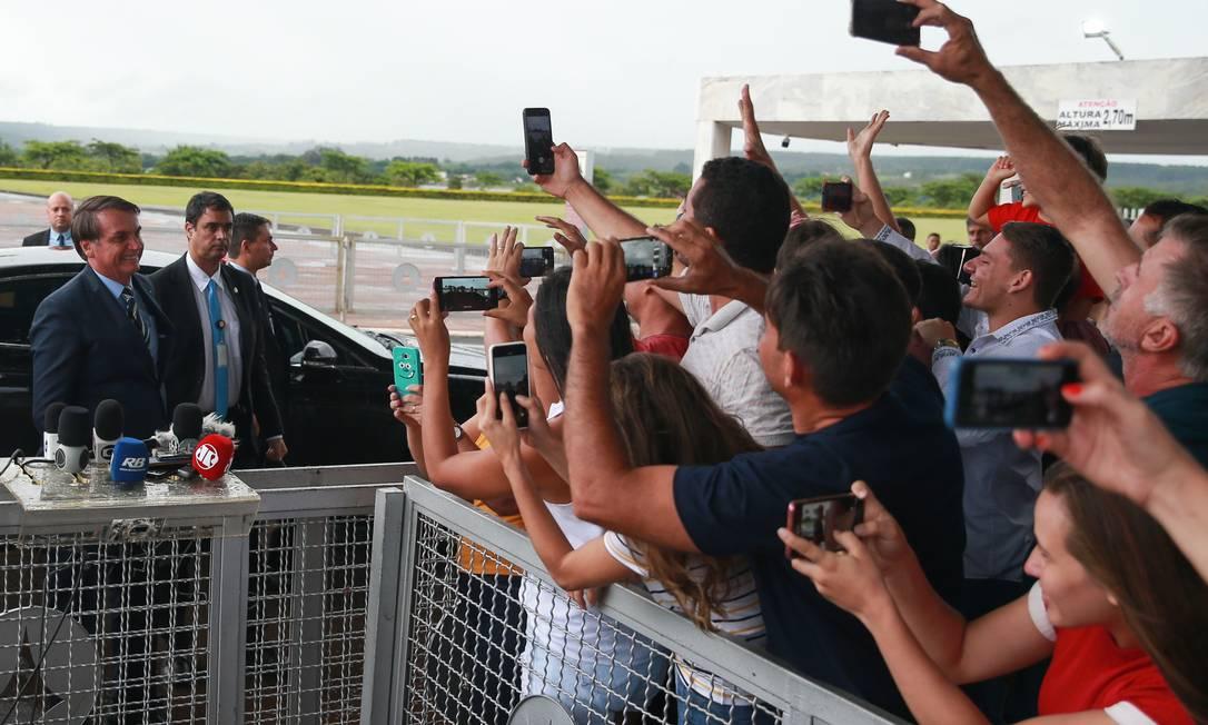 Claque. Bolsonaro cumprimenta apoiadores: entrevistas coletivas na saída do Palácio da Alvorada têm sido usadas para atacar jornalistas Foto: Valter Campanato / Agência Brasil