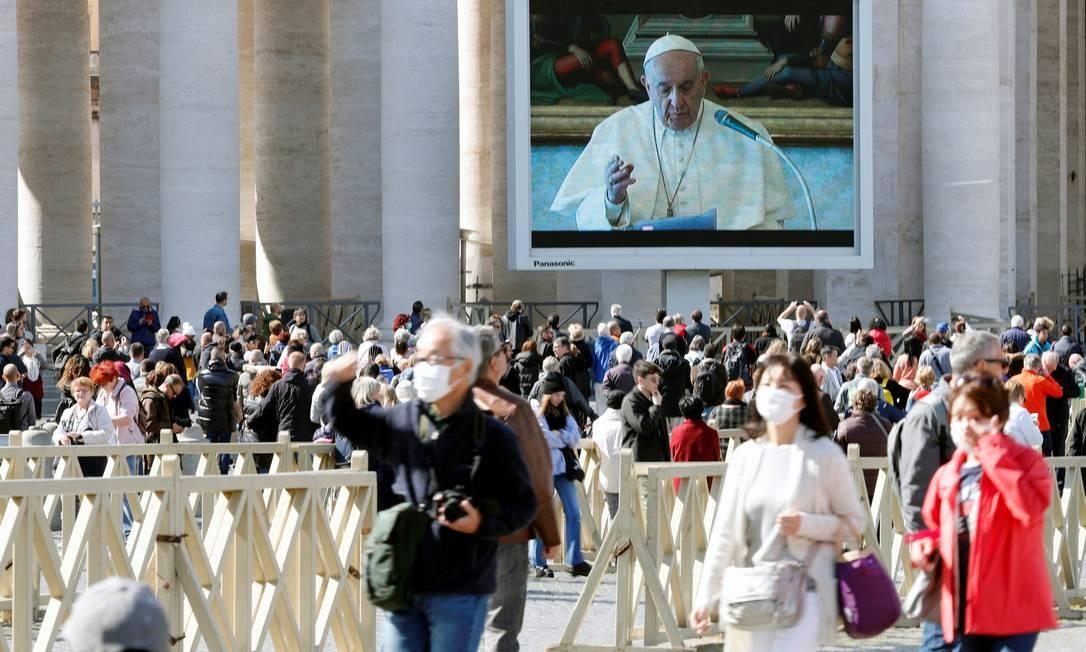 Telão exibiu oração de Papa para fiéis Foto: REMO CASILLI / REUTERS