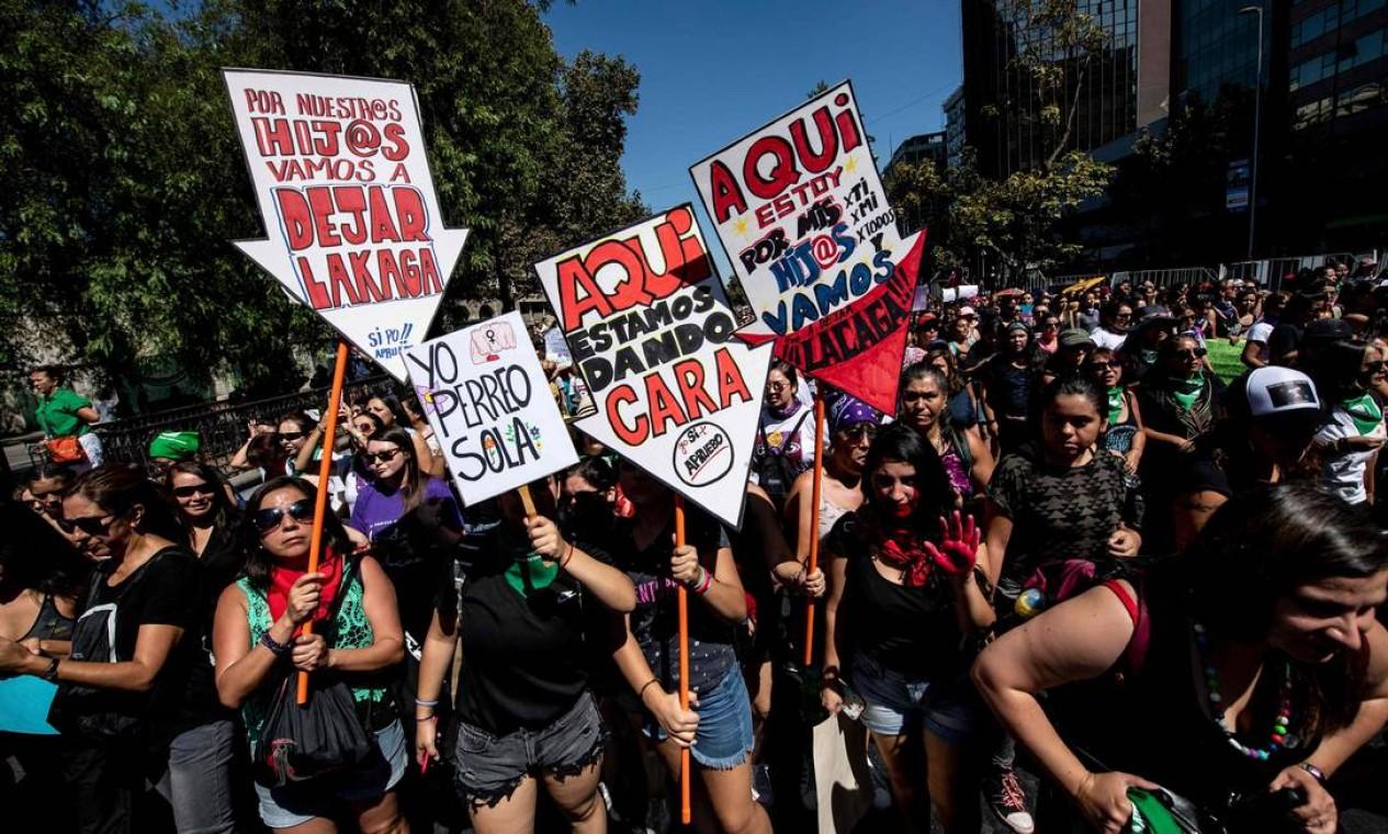 Manifestação em Santiago reuniu 2 milhões de pessoas, segundo os organizadores. Nos cartazes, manifestantes deixavam claro que essa não era uma luta solitária por mais igualdade Foto: MARTIN BERNETTI / AFP