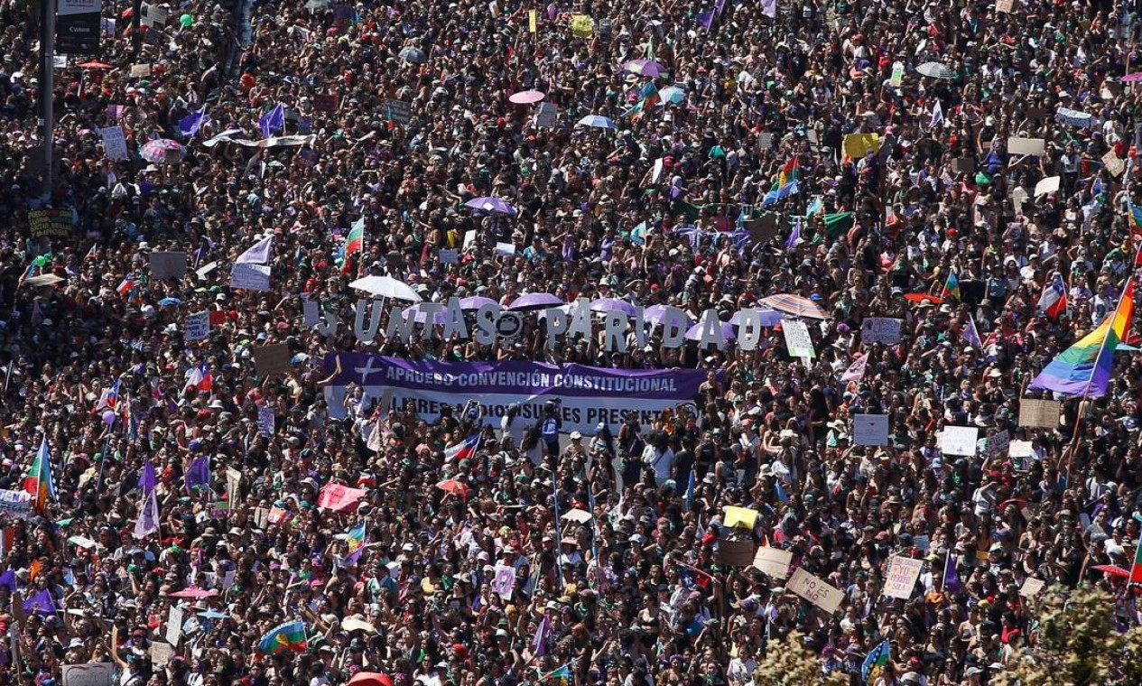 Na semana passada, o Parlamento chileno aprovou medida que garante paridade entre os gêneros em uma eventual Assembleia Constituinte. Nas ruas de Santiago, as manifestantes reforçaram o desejo por ações que garantam a igualdade de direitos Foto: STRINGER / REUTERS