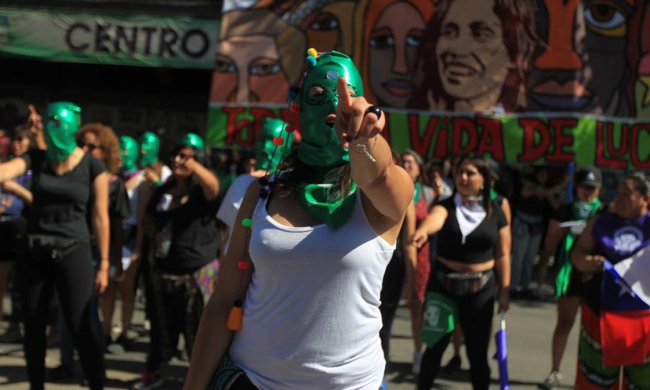 """Mulheres cantam a música """"O estuprador é você"""", que se tornou um lema contra o machismo desde o final do ano passado, em meio a denúncias de abusos cometidos por forças de segurança durante protestos no Chile Foto: STRINGER / REUTERS"""