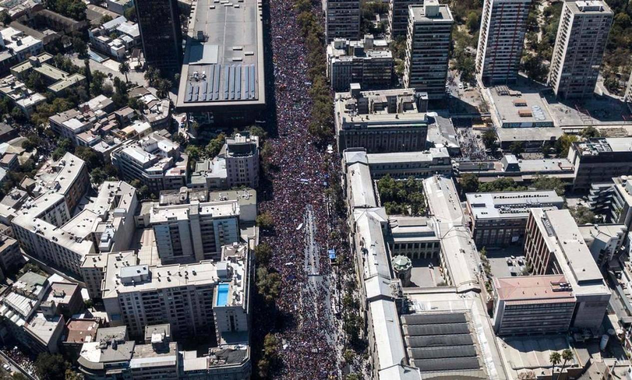 Imagem aérea de Santiago durante o ato que marcou o Dia Internacional das Mulheres. Na segunda-feira, foi convocada uma greve geral das mulheres Foto: JAVIER TORRES / AFP