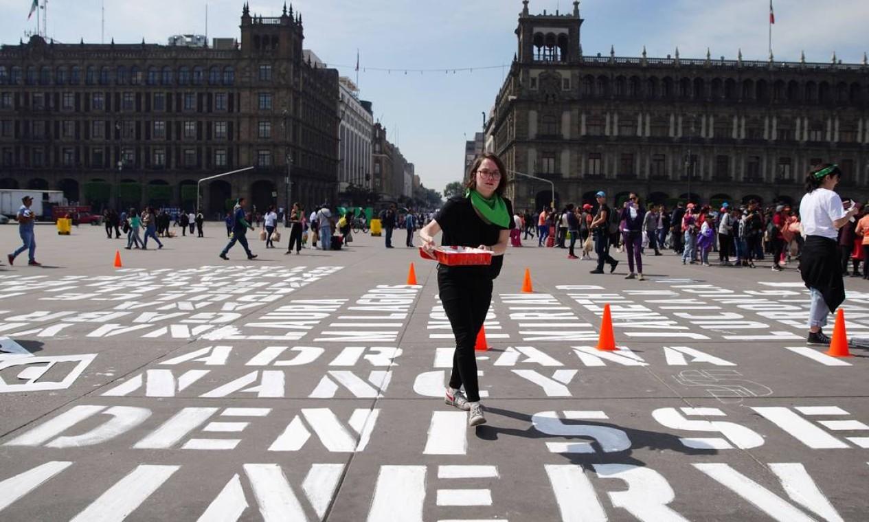Na Cidade do México, foram pintados os nomes de vítimas de feminicídio. Segundo estimativas, dez mulheres são mortas todos os dias no pais Foto: STRINGER / REUTERS
