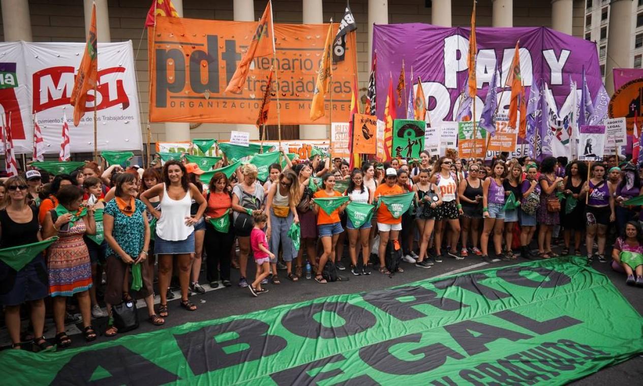 Mulheres participam de protesto diante da Catedral Metropolitana de Buenos Aires. Elas defendem a aprovação de um projeto de lei que legaliza o aborto na Argentina. Na segunda-feira, uma grande marcha ocorrerá na cidade Foto: MARIANA GREIF / REUTERS