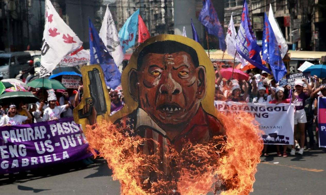 Imagem do presidente das Filipinas, Rodrigo Duterte, é queimada durante manifestação do Dia Internacional das Mulheres, em Manila. Duterte é conhecido por seus comentários misóginos, inclusive em discursos oficiais Foto: ELOISA LOPEZ / REUTERS