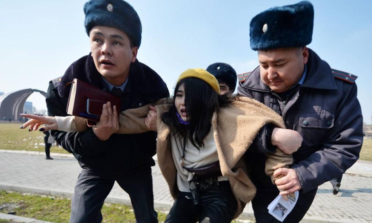 """Mulher é detida durante ato do Dia Internacional das Mulheres em Bishkek, no Quirguistão. Antes, grupo foi atacado por homens encapuzados. Polícia disse que manifestação não foi autorizada e que as prisões aconteceram para garantir """"a segurança das mulheres"""" Foto: VYACHESLAV OSELEDKO / AFP"""