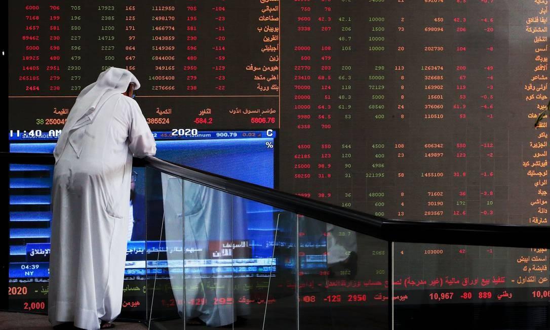 Corretor na Bolsa do Kuwait Foto: YASSER AL-ZAYYAT / AFP