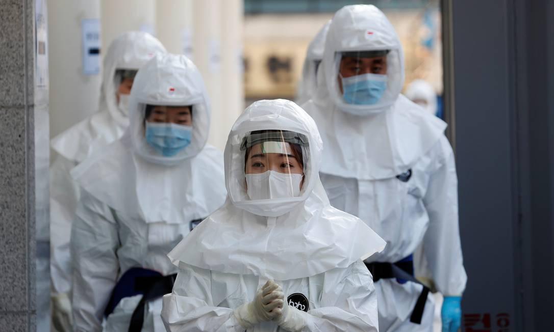 Equipes médicas usam roupas de proteção para tratar pacientes com coronavírus em hospital na Coreia do Sul Foto: KIM KYUNG-HOON / REUTERS