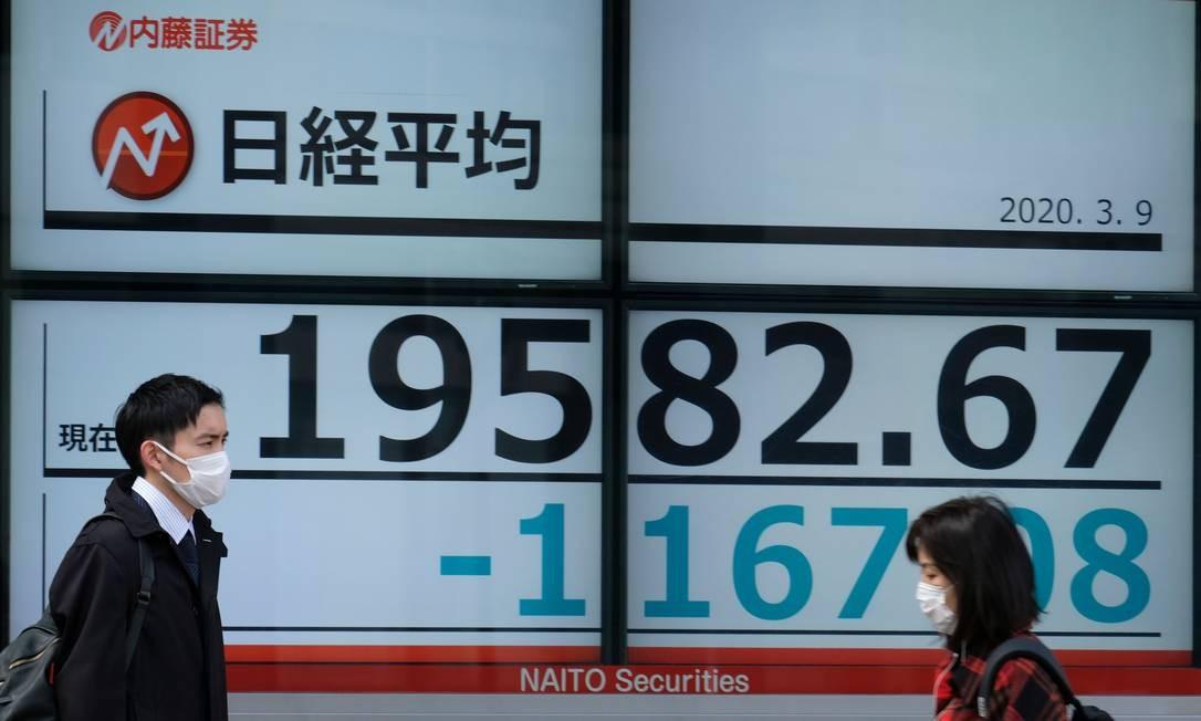 Na Bolsa de Tóquio, as ações afundaram mais de 5%, com temores sobre o novo coronavírus e uma queda nos preços do petróleo que derrubaram o dólar em relação ao iene Foto: Kazuhiro Nogi / AFP