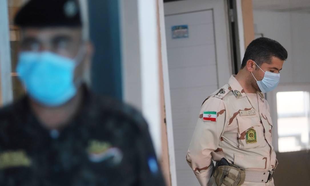 Membros da guarda de fronteiras iraniana usam máscaras de proteção contra o coronavírus dentro de instalação na fronteira com o Iraque Foto: ESSAM AL-SUDANI / REUTERS