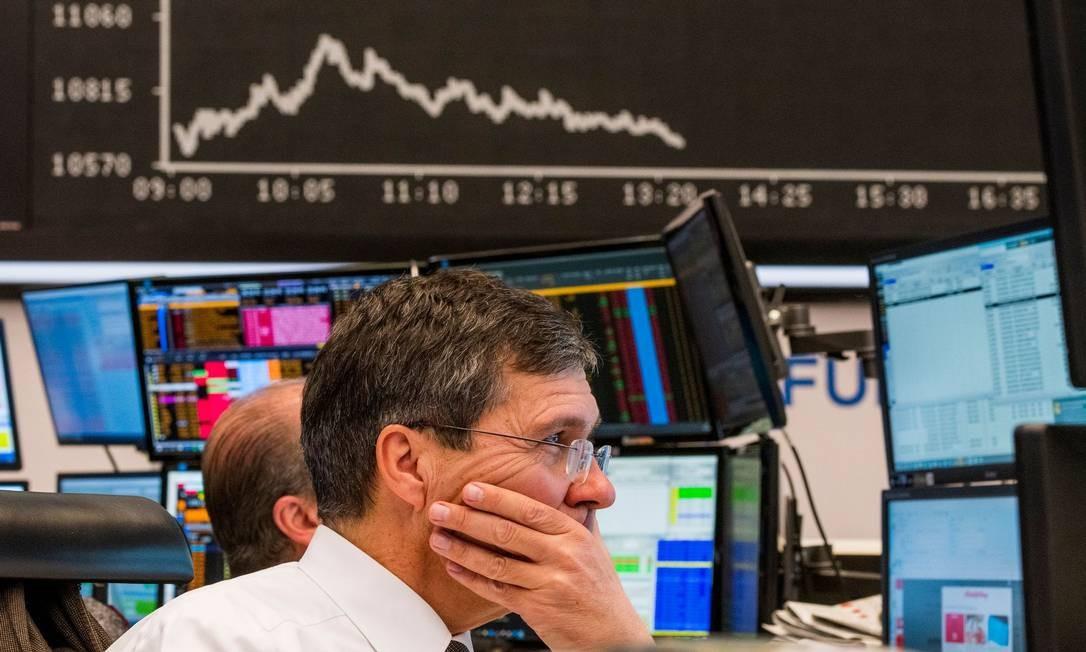 Bolsa de valores de Frankfurt, na Alemanha, principal centro financeiro da zona do euro, vive apreensão e opera em queda de 3,37% na manhã desta segunda-feira Foto: TORSTEN SILZ / AFP