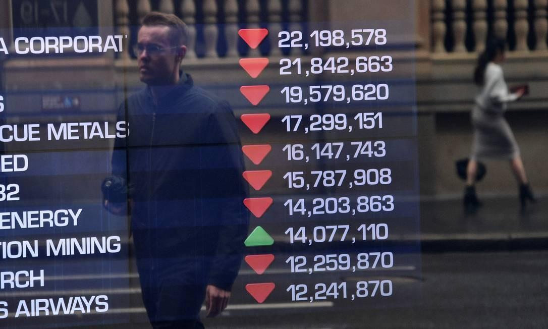 Bolsa de Valores da Austrália, em Sydney, acompanha o colapso nesta segunda-feira, no mercado financeiro. Negociações estão em queda Foto: Peter Parks / AFP