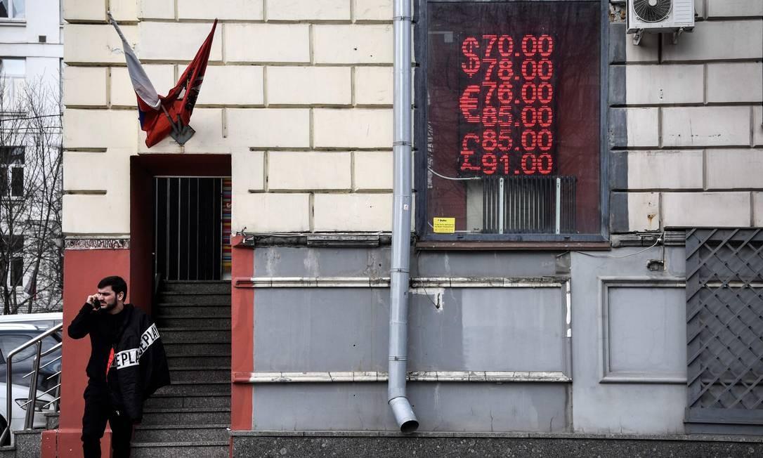 Uma das protagonistas do colapsos, a Rússia também sofre. Rublo russo está sendo negociado a 75 para 1, frente ao dólar, nesta segunda-feira. É a maior queda em quatro anos em meio Foto: Alexander Nemenov / AFP